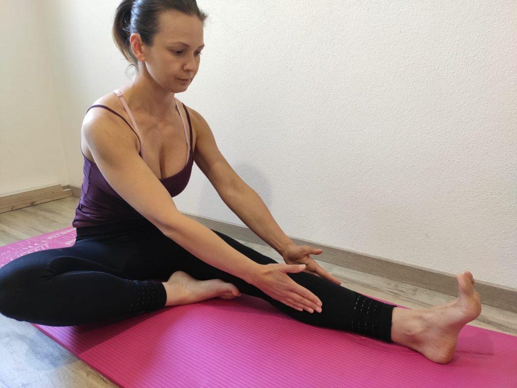 Naťahovacie cvičenie na spodnú časť chrbta a zadnú stranu stehien